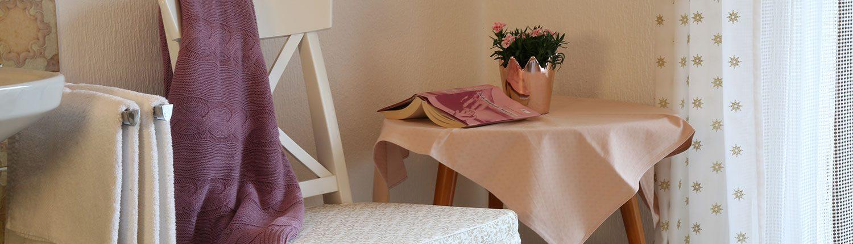 Zimmer mit Waschbecken, Sitzecke