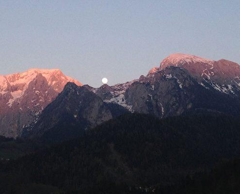 Aufgehender Vollmond über den Bergen